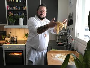 """Hemgjord tagliatelle. """"Det är sällan vi blir bortbjudna på mat nu för tiden. Och blir vi det hamnar jag oftast i köket i alla fall"""", säger Christian Redén."""