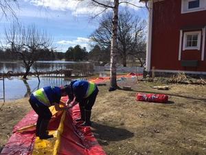 Frivilla resursgruppen satte under söndagen upp plastvallar kring gården.