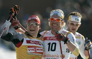 Falun, 24 mars 2007. En jublande glad Tobias Angerer gratuleras av tvåan Mathias Fredriksson efter målgång i herrarnas jaktstart 2x15 kilometer vid Skidspelen. Foto: TT