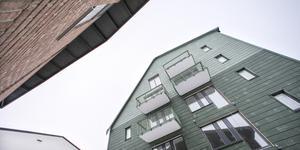 74 nya hyreslägenheter växer fram i kvarteret Hyacinten vid Grundläggargränd i Östersund. De två husen blir fem våningar höga och byggs ovanpå befintliga garagebyggnader.