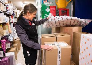 Cecilia Stanell, som driver Ica Sjöhagen, i det trånga utrymmet i paketutlämningen.