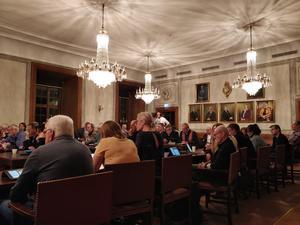 SD vill sänka ersättningen till politikerna, men orkade inte komma på mötet när beslutet skulle tas.