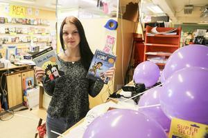 Jennie Nordberg hjälper till att dela ut böcker och blåsa ballonger i Sveg under världsbokveckan.