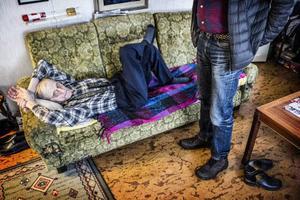 I Västanede svänger undersköterskan Börje Lundin in med lunchlådan hemma hos 97-årige Olle Gren som tar sig en välförtjänt middagslur på sofflocket. – Får jag bara en snus är allt prima, kommenterar Olle.