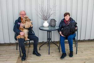 Tord och Carina med två av sina älskade hundar.
