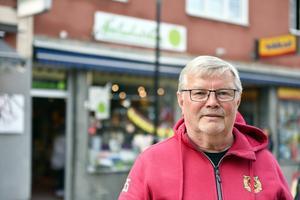 Nille framför butiken han numera driver jämte alla hans politiska uppdrag.