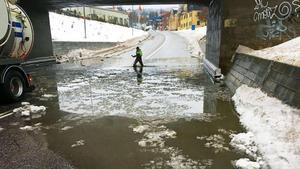 Trafiken stängdes av vid viadukten under järnvägen på Parkgatan i Sundsvall. Kruxet är att dagvattensystemet, som samlar upp och renar regnvattnet, ligger under havsnivån.