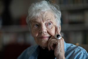Märta Tikkanen hittade ensamtid i soffan när de fyra barnen somnat, där skrev hon flera av sina böcker – ofta skrev hon för hand för att inte väcka familjen.. Foto Anni Reenpaa