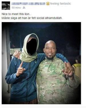 På skärmdumpen från 25-åringens Facebooksida i slutet av juli 2015 poserar en maskerad man med en internationellt efterlyst terrorist, Denis Cuspert (Abu Talha al-Almani) som sedan 2012 uppges befinna sig i Syrien. Jax moskés ledning i Borlänge var då övertygad om att den maskerade mannen är identisk med 25-åringen från Borlänge som nu rapporterats vara död. Fotograf: Skärmdump Facebook