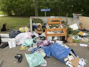 Många örebroare orkar inte kära sitt skräp till återvinningsstationer utan slänger det på närmaste plats.