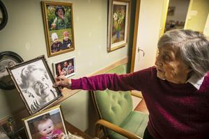 Frida visar ett fotografi på sin mor.