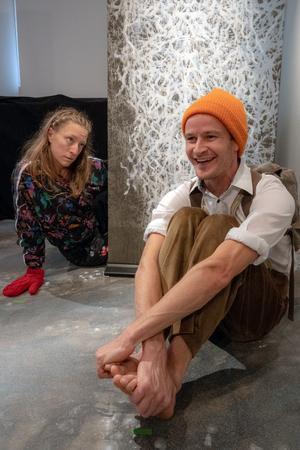 Två udda personer finner varandra i ett sparsmakat, vintrigt landskap. Elin Kristoffersson och Jens W Nilsson. Bild: Fredrik Näslund