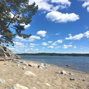 I Nynäshamn är man alltid nära naturen. Här är smultronstället Ringvägen, en kvarts promenad från centrum.