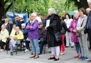 Anna-Clara Asplund, i svart kappa, fanns med i publiken vid Vängåvan. Till vänster bakom henne satt Pelle Svensson, som var hennes advokat under rättsprocessen.
