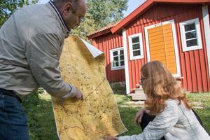 Kartan med soldattorpen är en kulturhistorisk skatt. Roy Cassé visar Christina Schyberg var torpen låg och vilka som bodde där.