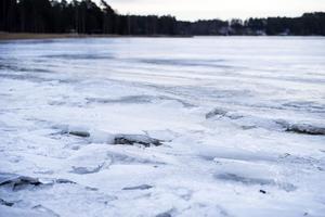 Isen är mellan 17 och 25 centimeter tjock, något som räcker gott för att göra banan. Vid strandkanten måste den dock hyvlas och bättras på.