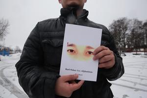 Poesisamlingen skrevs framförallt under sommaren 2016 då Johan Salberg bett Niaz Nazari att skriva ned sina tankar och känslor. ''Boken i din hand är ett unikt, svenskt samtidsdokument, skriven på vacker och bristande nysvenska'' skriver Johan Salberg i förordet.