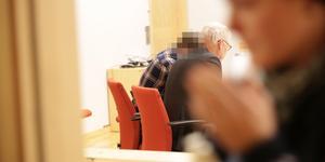 Den mordåtalade 23-åringen, som nekar till brott, med sin försvarare Ulf Medefelt vid häktningsförhandlingen i Falu tingsrätt den 4 december i fjol.