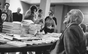 Författaren Vilhelm Moberg fotograferad vid en av sin boksigneringar. Foto: TT