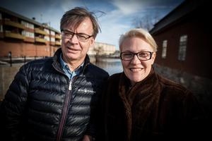 Ingemar Eberstål och Linda Wallin med Faluån i bakgrunden.