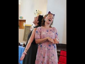 Kantor Ewa Monikander, t.v och sångpedagogen Jennifer Larsson, bjöd besökarna  bland annat på det trevliga operastycket Kattduetten. Foto: Jan-Eric Berger.