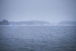 Alla tillgängliga enheter söker efter de försvunna fiskarna, men det dåliga vädret gör att sikten inte är den bästa.