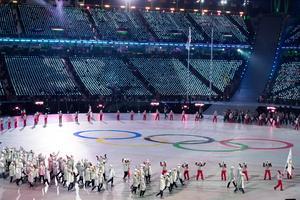 Ryska (OAR) atleter vandrar runt på arenan. Bild: TT.