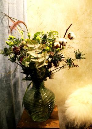 Torkade och levande blommor i en salig blandning.