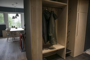 En hall i fjällen behöver lite mer utrymme än en Stockholms-hall. Här har de platsbyggt förvaring och sko-tork för pjäxor.  Lisa och Linda ritar medan lokala företag bygger.