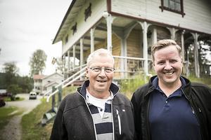 Gösta Ekström med sonen Lars, framför entrén till huset.