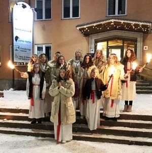 Lucian Ronja Bruman med följe uppträdde på julmarknaden.