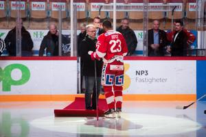 Boyce fick ta emot presenter av Timrå IK:s sportchef Kent Norberg strax innan nedsläpp.