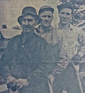 Per Mattsson, Sixten Eriksson och Bertil Larsson från Ängersjö grävde gratis för att få gatubelysning 1958.