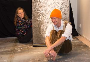 Lilja (Elin Kristoffersson) och Odd (Jens W Nilsson) bekantar sig - utan särskild framgång till en början.
