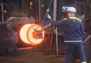 Stålverket i Hofors tillverkar en del av ett lager till ett vindkraftverk. Men klarar vindkraften stålindustrins kraftigt ökande behov i framtiden? Knappast.  Foto: Fredrik Sandberg.