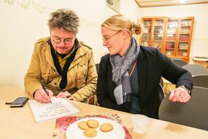 Vid fikat hjälpte Sandra Lundahl bland andra Pål Jansson att registrera sig för att få information via textmeddelande på mobilen, sms.