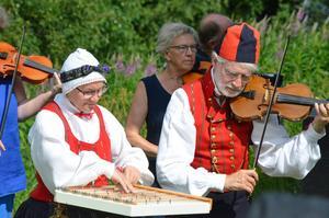 Maria och Christer Bäcknert stod vid sidan av scenen och spelade. Maria spelade cittra, den enda på årets upplaga av Norrbostämman.