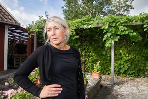 En pergola, klädd i vindruva, binder samman två av gårdens hus och bildar en skyddad hörna som Stina kallar Lilla Toscana.