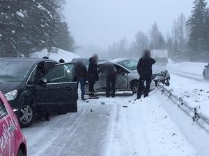 I kön som uppstod efter olyckan mellan personbilen och ambulansen så inträffade senare en annan olycka, där en bil körde in i vajerräcket.