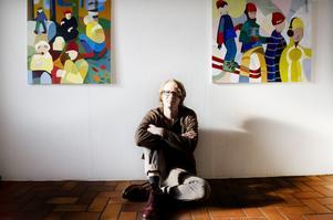 Lennart Samor använder kontrastfärger för att lyfta fram delar av sina motiv och linjer för att binda samman till synes osammanhängande delar.