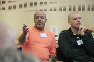 Gibbe Woldu förbundsordförande i KRIS och Tomas Ammer från polisen håller med om att otryggheten har ökat och enligt Gibbe är bostadslösheten en del av otryggheten.