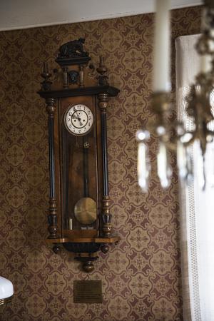 Klockan från Bergmanssläkten hänger i Norra förmaket.