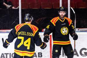 Jonathan Sigalet och Nicklas Danielsson jublar efter 3-1-målet mot Rögle. Foto: Bildbyrån