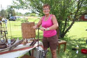 Katarina Eriksson visade hur den gamla borren fungerade. Flera av allmogeredskapen kommer från hennes morfars familjehem.