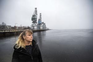 Kristina Karlström Hallin är starkt kritisk till Regionens åtstramningar, och hävdar att de ligger bakom platsbristen i länet. Kristinas pappa  tvingades förflyttas till Sundsvalls sjukhus under sin sista tid i livet.