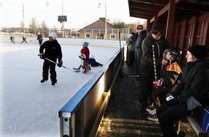 På isen. Många passade på att åka skridskor på juldagen.