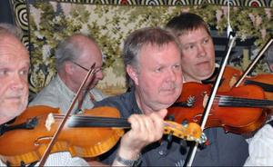 Kvällens konferencier och multiinstrumentalist, Kurt Forsner, tillsammans med från vänster Bertil Jonsson, Stig-Arne Eklund och Ola Rörborn.