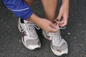 Julia Nygård knyter skorna inför sitt segerlopp i klassen Flickor 15 år.