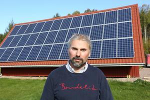 Stefan Enerud framför en solcellsanläggning