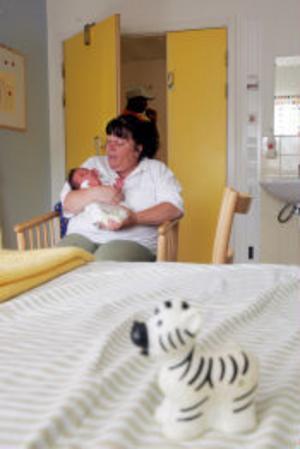 Annette Helldén är moster till lilla Awa Jallow, 18 dagar gammal. Den lilla flickan har fått stora röda utslag på kroppen och kommer att läggas in över natten.